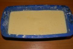 Заливаем кекс в форму