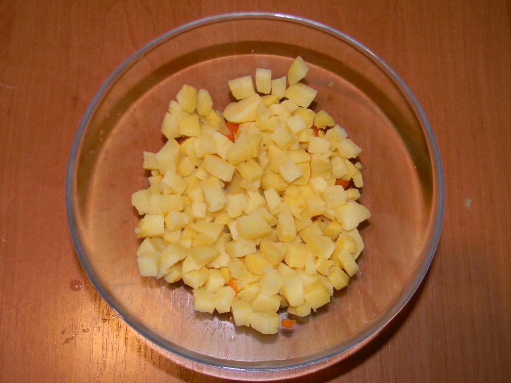Нарезаем кубиками картофель