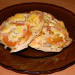 Отбивные из куриной грудки с помидорами и сыром