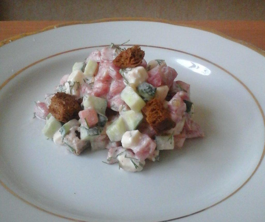 Салат с плавленным сыром, помидором и огурцом на скорую руку