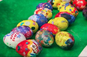 Красят яйца дети