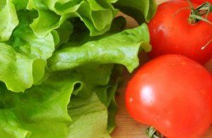 помидоры и листья салата