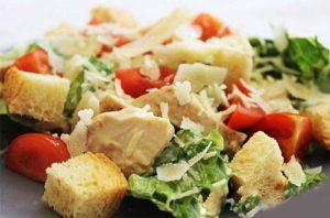 smeshivaem-salat-cezar