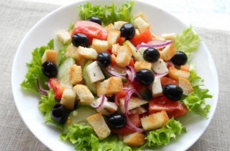 grecheskiy-salat-s-suharikami 2