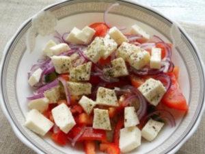 grecheskiy-salat-s-suharikami 210