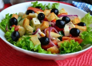 grecheskiy-salat-s-suharikami 29