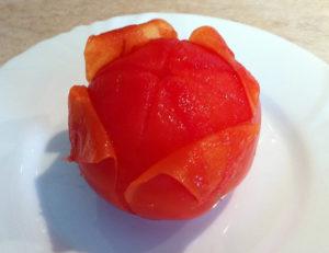 kak-legko-snyat-kozhitsu-s-pomidora