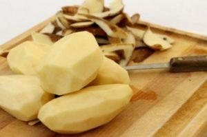 чистим картофель от кожуры