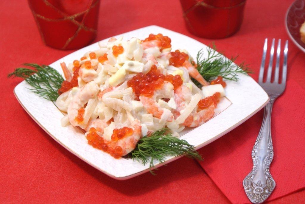 Салат царский с креветками и кальмарами и красной икрой