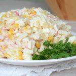 Салат из крабовых палочек с кукурузой и огурцом — 5 простых и вкусных рецептов с фото