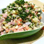 Салат оливье классический с колбасой и солеными огурцами — пошаговый рецепт с фото на Новый год