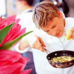 Что приготовить любимой на 8 марта: мужчина на кухне